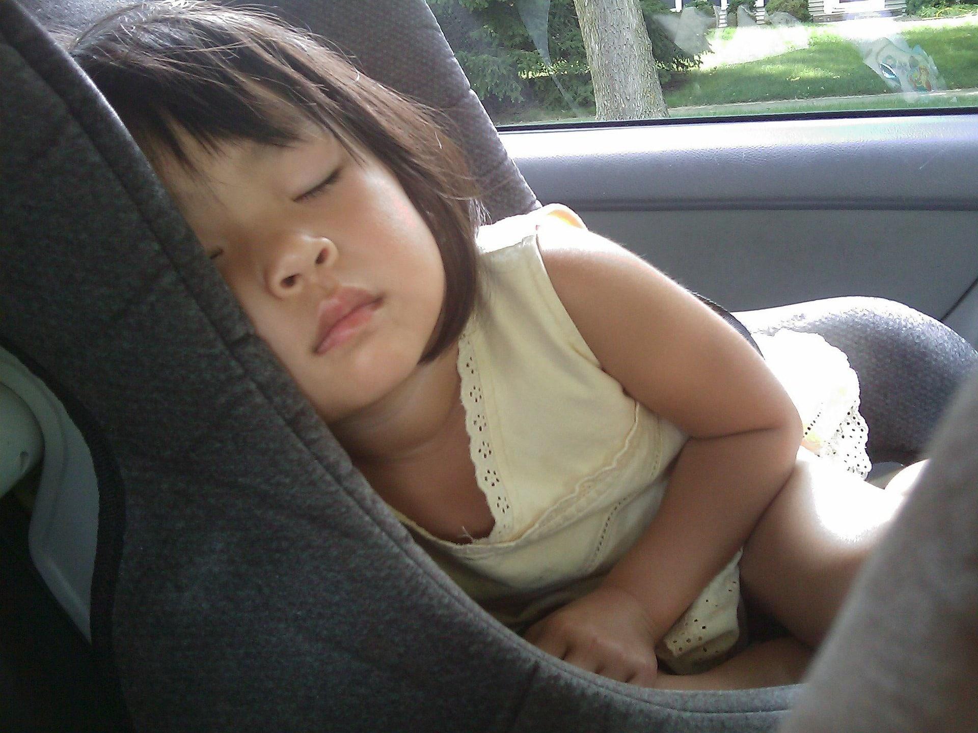 Fillette qui dort dans un siège auto
