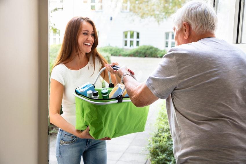 Femme qui livre les courses