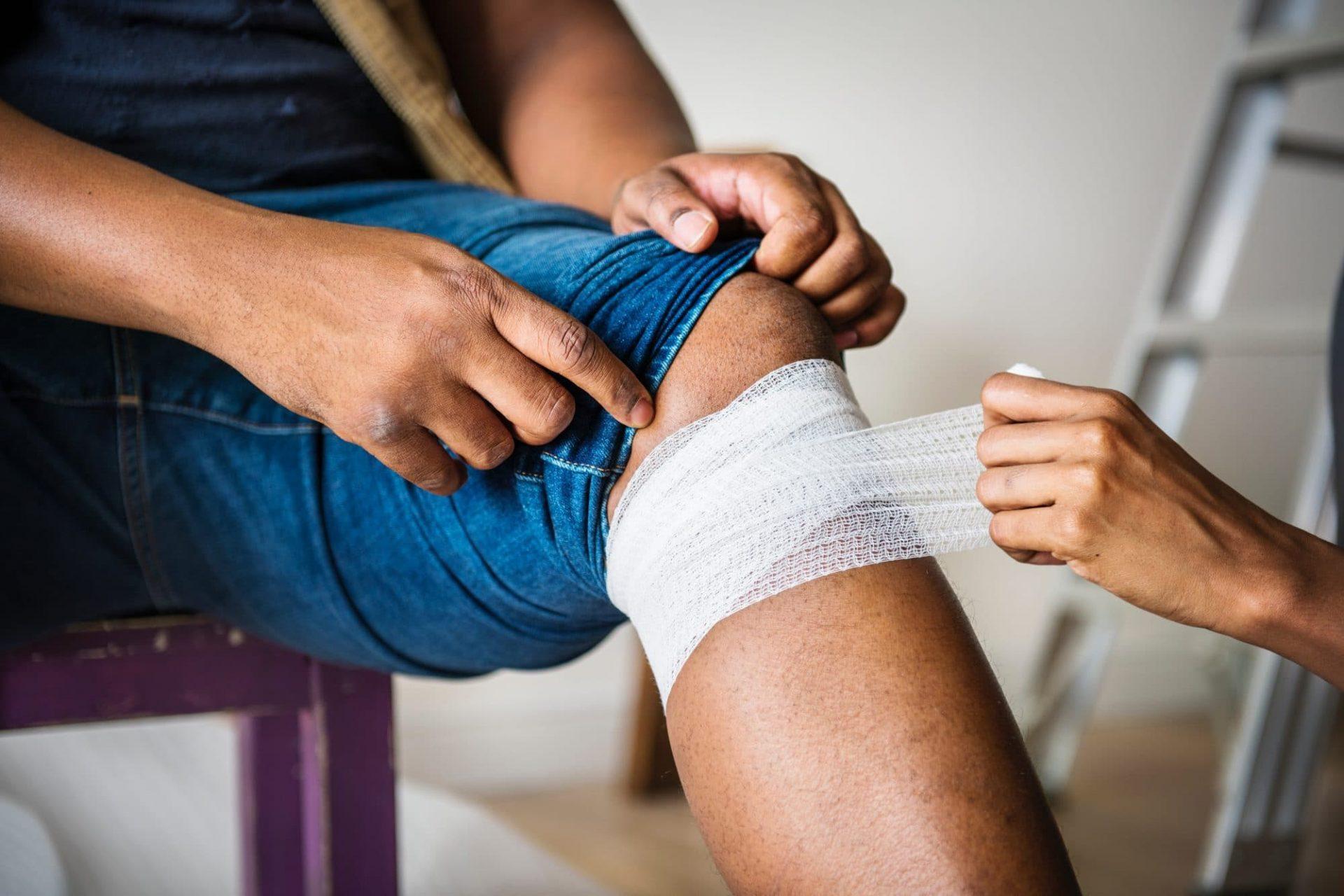 Personne avec une jambe blessé